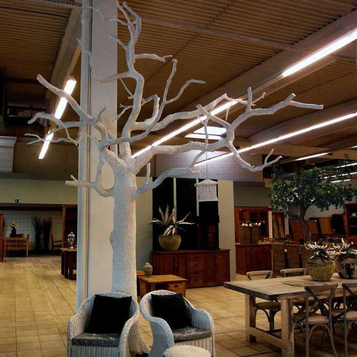 Wei er blattloser kunstbaum in einem m belhaus for Innendekoration flims